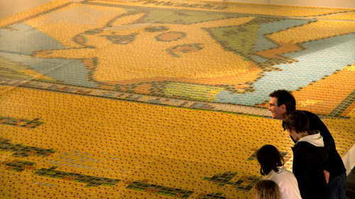 Un artista crea un mosaico épico de Pikachu usando 12.987 cartas de Pokémon